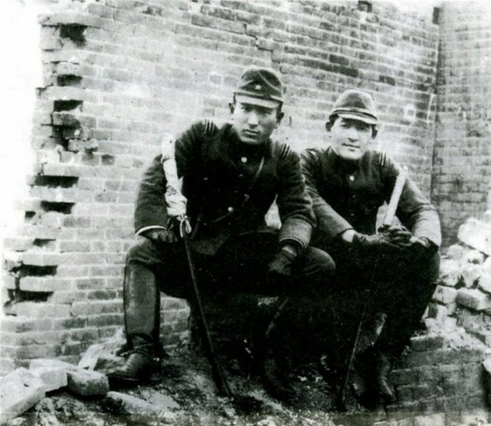 Лейтенанты Цуёси Нода и Тосиаки Мукаи в Нанкине, декабрь 1937 года. Известны своей игрой, смысл которой был в том, кто быстрее убьет 100 человек мечом. Итог: Мукаи - 106 убийств, Нода - 105 убийств.