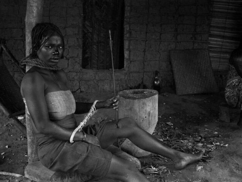 Арестованная девушка со стрелой в ноге, которая видимо пыталась бежать. чтобы не попасть на плантации по сбору каучука. Бельгийское Конго, 1890 г