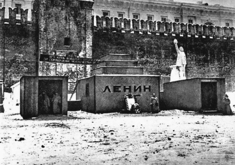 1924. Временный деревянный мавзолей. Москва.