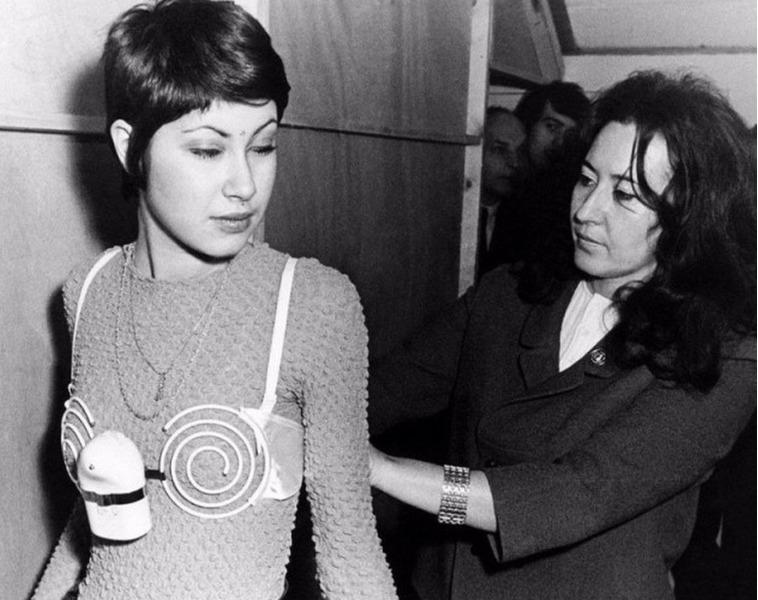 Вибрирующий бюстгальтер для укрепления женской груди, 1971