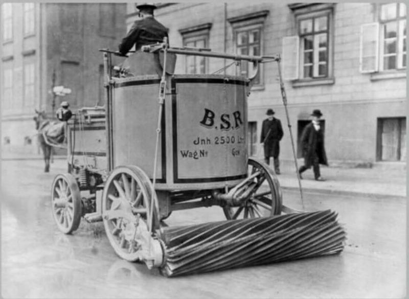 Электрическая уборочная машина подметает дорогу. Берлин. 1907 год