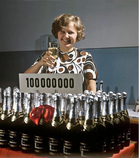 Стомиллионная бутылка советского шампанского. Работница завода с бокалом напитка. Дмитрий Бальтерманц, 1973 год, г. Москва