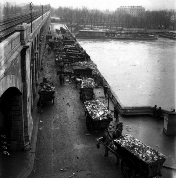 Утилизация городского мусора в реку Сену, 1910 год, Париж