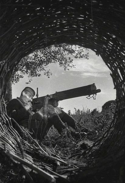 Солдат из расчёта станкового пулемёта Максим 26-й гвардейской Краснознамённой стрелковой дивизии гвардии красноармеец Хабибулин демонстрирует способ ведения огня с рук, именно так он вёл бой оставшись из расчёта в живых один. Западный фронт, 23 сентября 1942 года