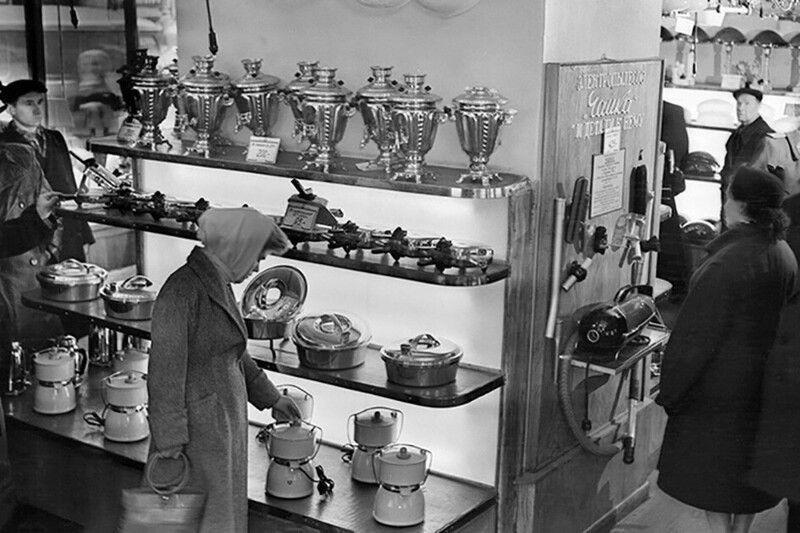 В магазине электротоваров. СССР, 1953 г.
