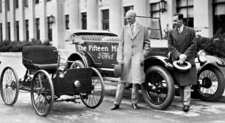 Генри и Эдсель Форд с квадроциклом и 15-миллионным автомобилем Форд Т 1916 год.