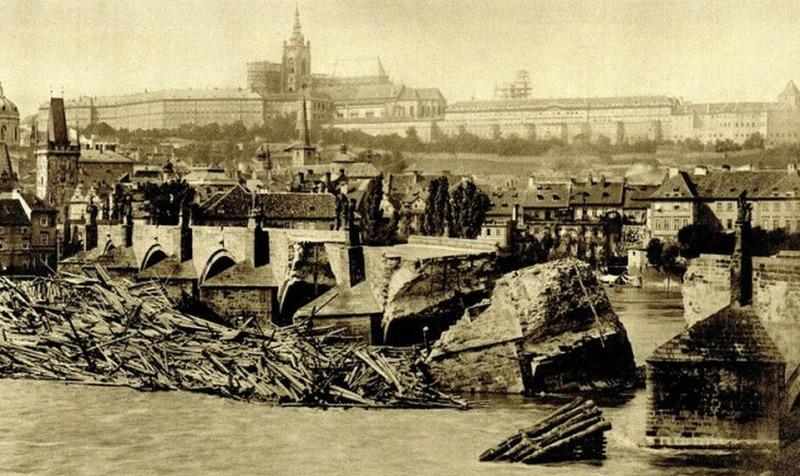 Старейший мост Праги (Карлов, 14 век) на 90% является новоделом, потому что за последние века его много раз смывало, после чего приходилось отстраивать заново. 1890 год