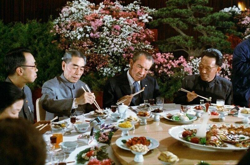 Президент Никсон на обеде с руководителями Китая в Пекине, 1972 г.