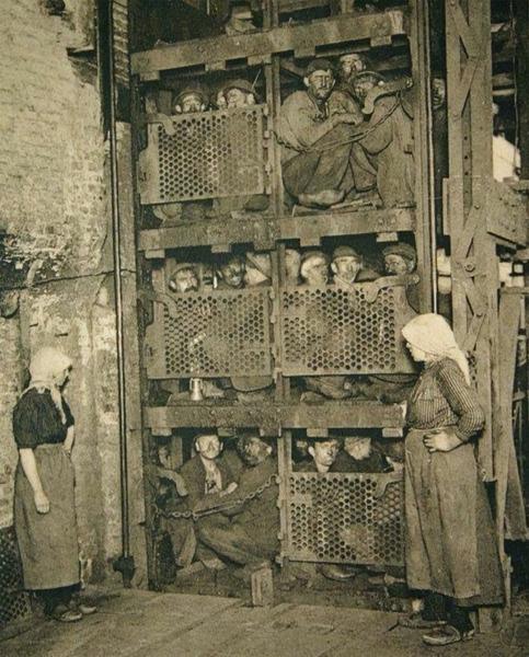 Шахтеры поднимаются из шахты в лифте после рабочего дня. Бельгия, 1920-е года