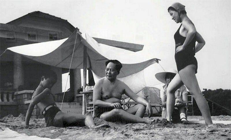 Мао Цзэдун в кругу семьи. 1954 год
