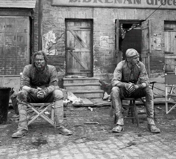Леонардо Ди Каприо и Дэниел Дэй-Льюис на съемках фильма Банды Нью-Йорка. 1999 год
