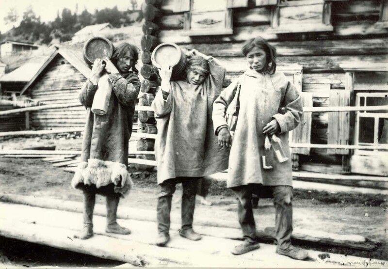 Ханты после обмена пушнины на водку у местного купца. 1909 год
