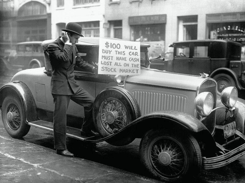 Человек, продающий по дешевке свой новый Chrysler после краха фондового рынка. Нью-Йорк. США. 1929 г