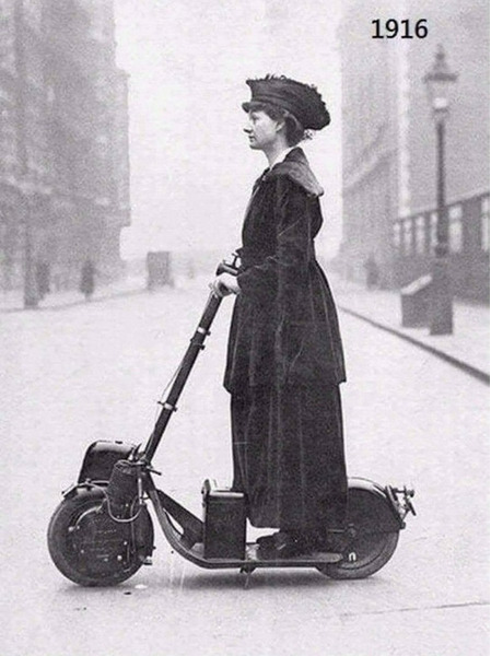 Английский общественный деятель и активистка Флоренс Присцилла, леди Норман, CBE, получила этот скутер в подарок на день рождения от мужа, сэра Генри Нормана.