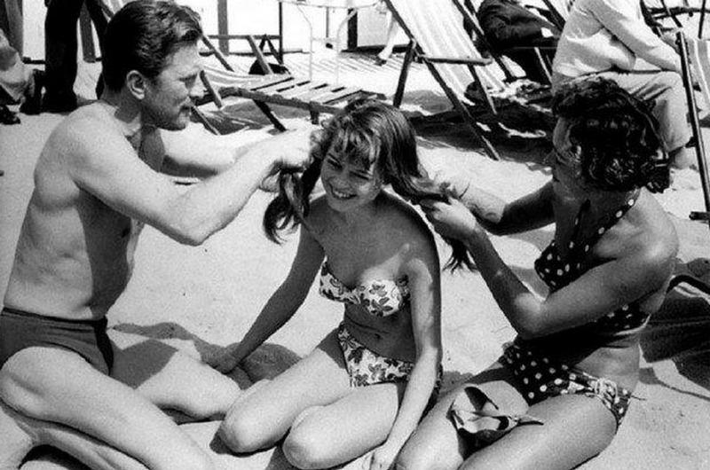 Кирк Дуглас заплетает косички юной Брижит Бардо, 1954 год