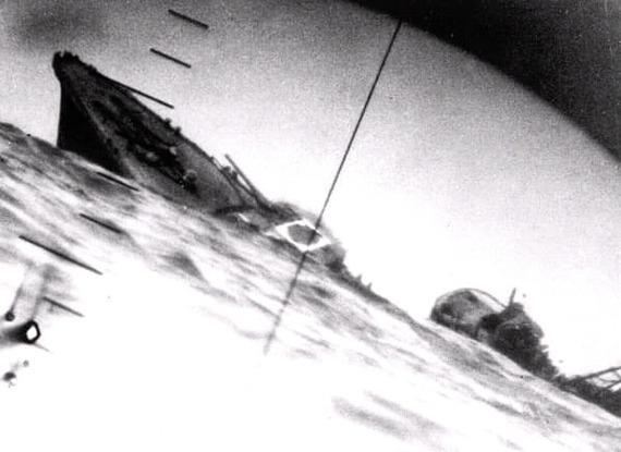 Пораженный торпедой японский эсминец Ямакадзэ