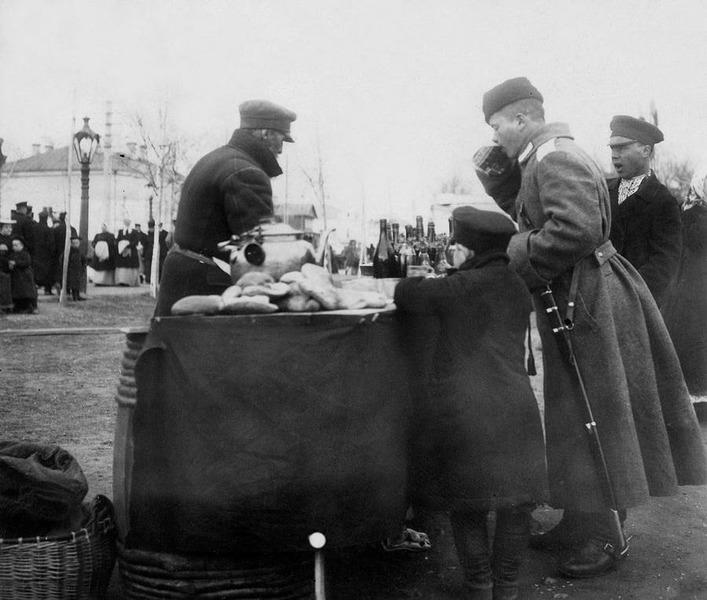 Торговец чаем на уличной ярмарке в Москве