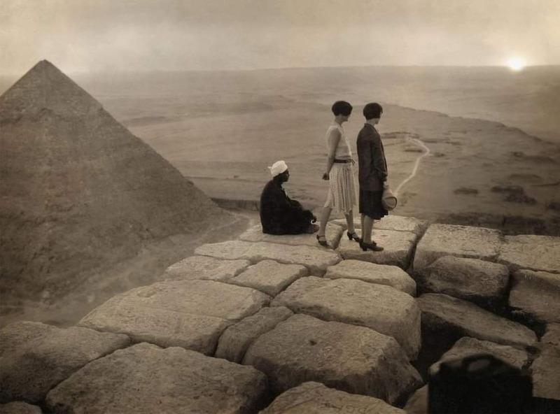 Туристы на вершине пирамиды Хеопса