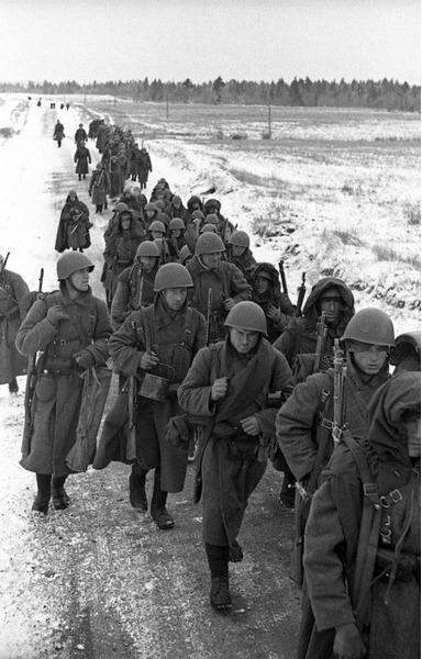 Колонна советского стрелкового подразделения на марше, 1941 год