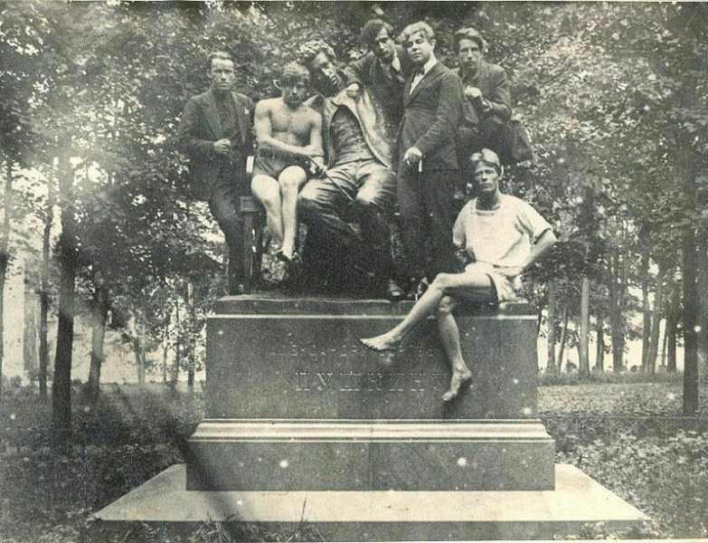 Сергей Есенин с друзьями на памятнике Пушкина