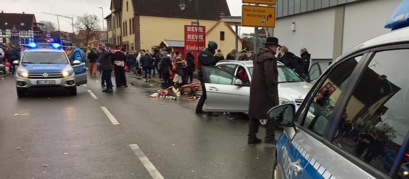 В Германии машина въехала в толпу людей на карнавале