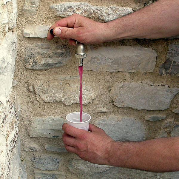 В итальянской деревне вместо воды из кранов полилось шампанское Ламбруско