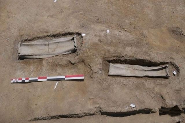 Во Франции археологи обнаружили свинцовый саркофаг