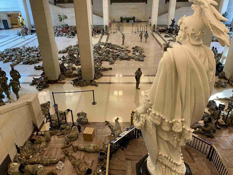 Солдаты Нацгвардии США в здании Капитолия