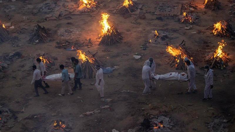 В Индии сжигают трупы погибших от коронавируса