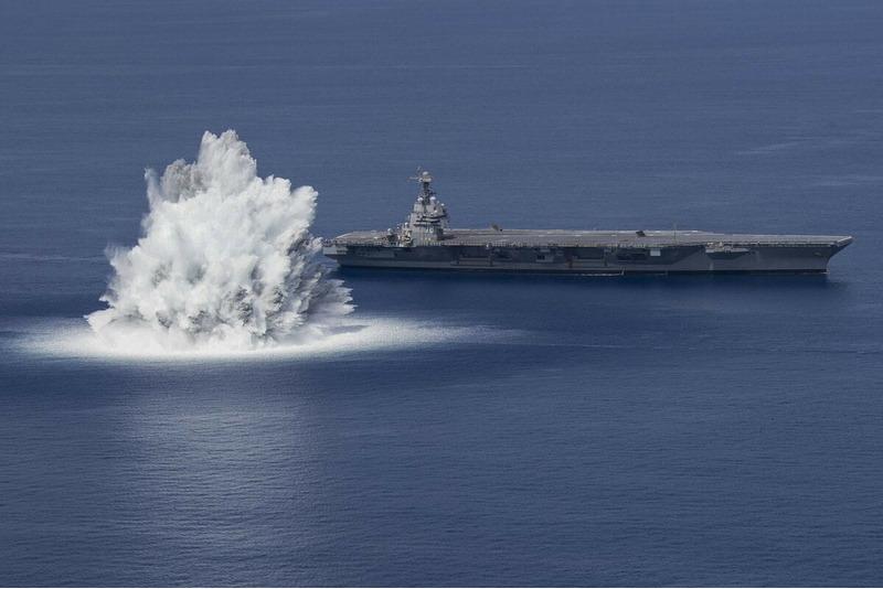 Американские военные взорвали бомбу рядом с авианосцем