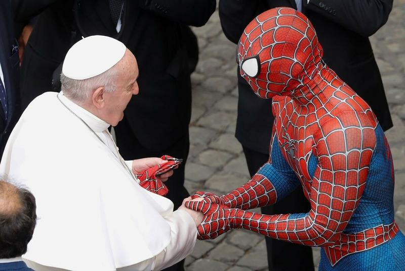 Папа римский Франциск и человек-паук