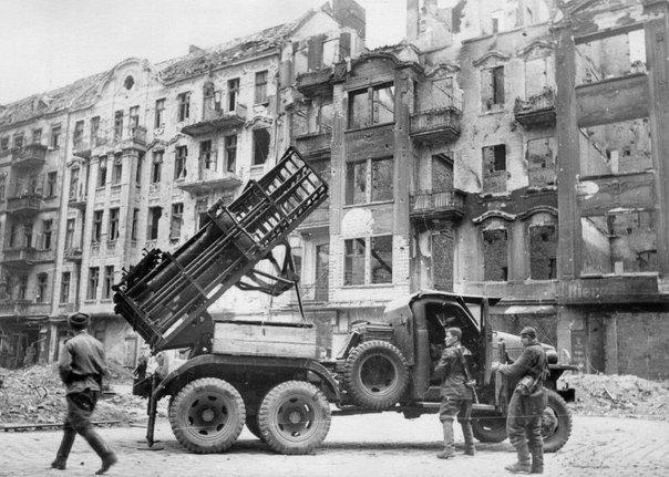 Гвардейский реактивный миномет БМ-31-12 в Берлине.
