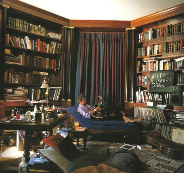 Кит Ричардс в своей домашней библиотеке, 1992 год.