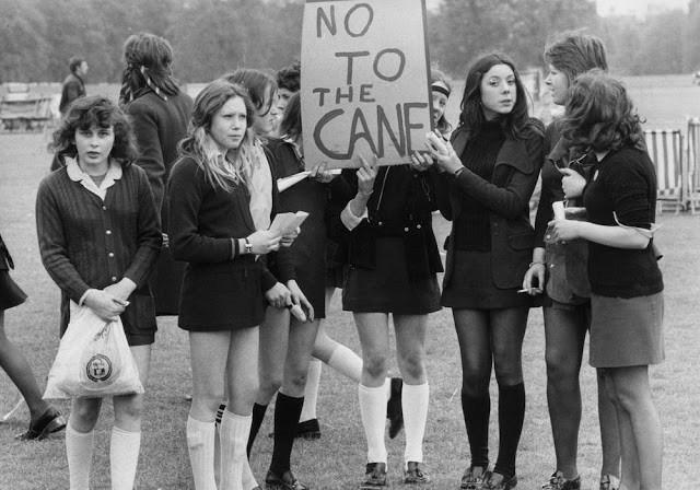 Забастовка школьников, Лондон, 1972 год. Надпись на плакате: Нет трости для битья