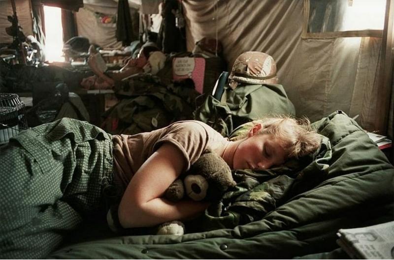 Медсестра Армии США Эми Стюарт и ее плюшевый медведь